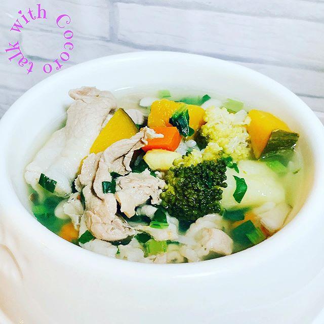 野菜も大好き今朝のごはんは豚しゃぶです10月だというのにこの暑さそこで小松菜を使いました薬膳では体の余分な熱をとり、気持ちを鎮めると考えます。また、消化を助け、消化不良や便秘にもオススメこんな風に楽しみながら野菜を選びます楽しいエネルギーが入った手作りごはんハイ、召し上がれ️#ペット薬膳#ペットライフコミュニケーター#ペット食育#犬の手作りごはん (Instagram)